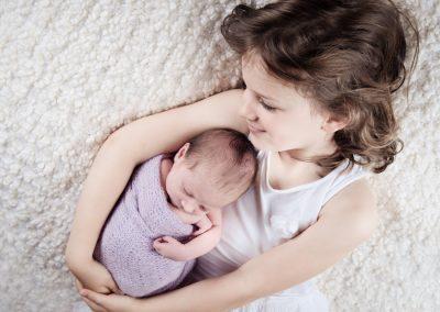nouveau-né et grande soeur
