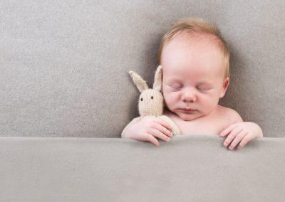 nouveau-né avec  qui dort